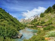 Paisaje del torrente durante el alza del du Mont Blanc del viaje, el valle de Aosta Italia fotografía de archivo