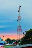 Paisaje del transmisor de teléfono con tropical hermoso fotos de archivo