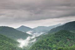 Paisaje del valle de la montaña de la niebla y de la nube Fotos de archivo