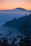 Paisaje del valle de la montaña de la niebla y de la nube, fotos de archivo libres de regalías