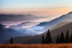 Paisaje del valle de la montaña de la niebla y de la nube Foto de archivo