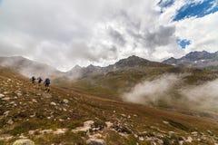 Paisaje del valle de la montaña de la niebla y de la nube fotos de archivo libres de regalías