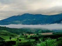 Paisaje del valle de la montaña de la niebla y de la nube Foto de archivo libre de regalías