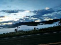 Paisaje del valle de la montaña de la niebla y de la nube Fotografía de archivo libre de regalías