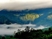 Paisaje del valle de la montaña de la niebla y de la nube Imágenes de archivo libres de regalías
