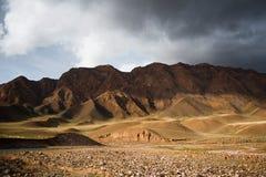 Paisaje del valle de las montañas Paisaje de la montaña rocosa Montañas de Altai Tops de la montaña en el fondo foto de archivo