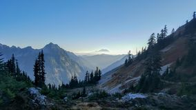 Paisaje del valle en la oscuridad en el rastro pacífico de la cresta fotos de archivo