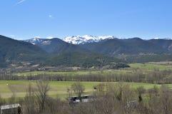 Paisaje del valle y del catalán los Pirineos, Cerdanya, Girona, España Foto de archivo
