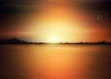 Paisaje del vector con un sol naciente y las montañas Foto de archivo