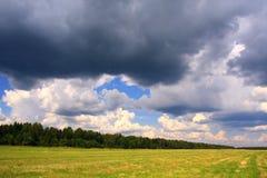 Paisaje del verano antes de la tormenta. imágenes de archivo libres de regalías