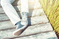 Paisaje del verano con el adolescente relajante Fotografía de archivo libre de regalías