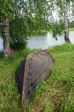 Paisaje del verano con el barco viejo cerca del río Foto de archivo libre de regalías