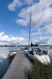 Paisaje del verano con el embarcadero y los barcos Imagenes de archivo