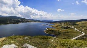 Paisaje del verano con el lago claro de la montaña Fotografía de archivo libre de regalías