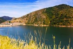 Paisaje del verano con el lago Depósito de Luna de los barrios hispanos con la presa Imágenes de archivo libres de regalías