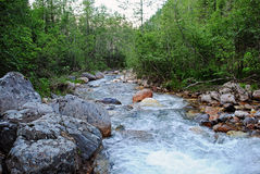 Paisaje del verano con el río de la montaña en montañas cerca del lago Baikal Fotos de archivo libres de regalías
