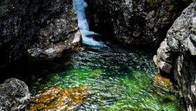 Paisaje del verano con el río de la montaña en montañas cerca del lago Baikal Imagen de archivo