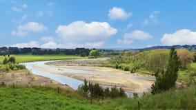 Paisaje del verano con el río de Rangittikei, Nueva Zelanda Foto de archivo