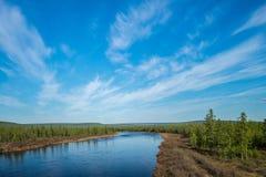 Paisaje del verano con el río, el bosque, los acantilados y las ondas Foto de archivo