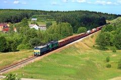 Paisaje del verano con el tren de carga Fotografía de archivo libre de regalías