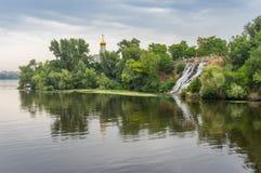 Paisaje del verano con la cascada artificial Foto de archivo libre de regalías