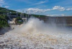 Paisaje del verano con la estación eléctrica hidráulica de Chernishevskaya, situada en el río de Viluy en Yakutia, Rusia Foto de archivo libre de regalías