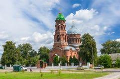 Paisaje del verano con la iglesia de Voznesensk en Trostyanec Imagen de archivo libre de regalías