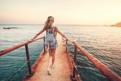 Paisaje del verano con la mujer joven con la mochila Imágenes de archivo libres de regalías
