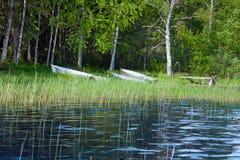 Paisaje del verano con los barcos de pesca en la orilla del lago Seliger Fotografía de archivo libre de regalías