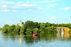Paisaje del verano de la isla del río y del monasterio de Dnieper en la ciudad de Dnipro, Ucrania Fotos de archivo