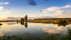 Paisaje del verano de la tarde con un pueblo y la montaña, Rusia, Ural foto de archivo libre de regalías