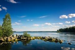 Paisaje del verano de los lagos Ural con las piedras en el agua, Rusia, Ural Fotos de archivo libres de regalías