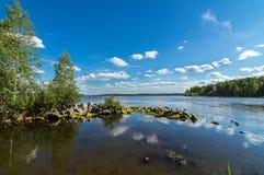 Paisaje del verano de los lagos Ural con las piedras en el agua, Rusia, Ural Imagenes de archivo