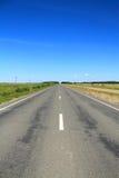 Paisaje del verano del camino y del cielo azul Foto de archivo libre de regalías