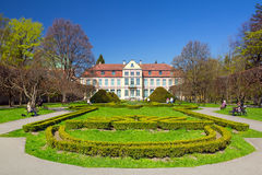 Paisaje del verano del palacio de los abades en Gdansk Oliwa Imagen de archivo libre de regalías
