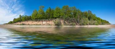 Paisaje del verano del panorama con el bosque de hojas caducas en la isla Foto de archivo