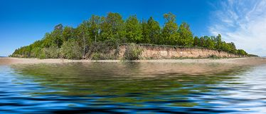 Paisaje del verano del panorama con el bosque de hojas caducas en la isla Imagenes de archivo
