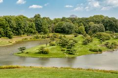 Paisaje del verano el d?a soleado de isla japonesa en el jard?n bot?nico de Chicago fotografía de archivo libre de regalías