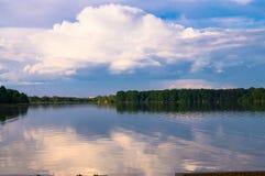 Paisaje del verano en el lago Biserovo, región de Moscú, Rusia Fotografía de archivo libre de regalías
