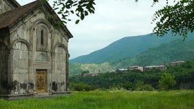 Paisaje del verano en el monasterio armenio antiguo Akhtala almacen de metraje de vídeo