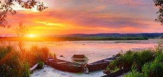 Paisaje del verano en el río fotos de archivo