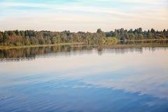 Paisaje del verano en el río Imagenes de archivo