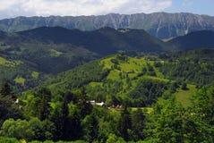Paisaje del verano en las montañas de Rumania Foto de archivo