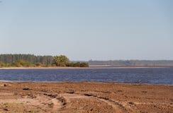Paisaje del verano en los bancos de la arena del agua de río y del cielo claro en la ciudad de la provincia de la federación de l foto de archivo libre de regalías