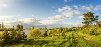 Paisaje del verano en los bancos del río de Ural, Rusia, Imagen de archivo libre de regalías