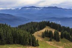 Paisaje del verano en montañas con las nubes fotografía de archivo
