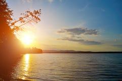 Paisaje del verano - puesta del sol sobre el lago Irtyash en Urales meridionales Imagen de archivo