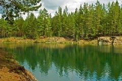 Paisaje del verano. Río de las montañas de Ural Foto de archivo