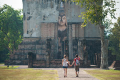 Paisaje del viajero adentro en el templo en Tailandia Fotos de archivo