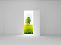 Paisaje detrás de la puerta abierta. Fotos de archivo libres de regalías